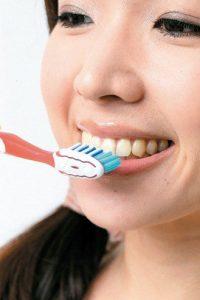 若是非病理性口臭,勤刷牙是清潔口腔的方法之一,建議應養成定期洗牙及口腔檢查的習慣。柏登牙醫診所衛教資訊